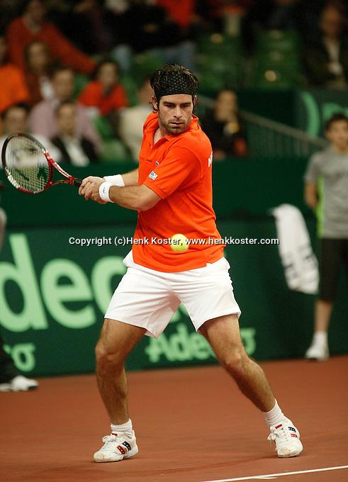 10-2-06, Netherlands, tennis, Amsterdam, Daviscup.Netherlands Russia, Raemon Sluiter in action against Dmitry Tursonov