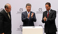 BOGOTA -COLOMBIA. 04-03-2014. El presidente Juan Manuel Santos inscribio su candidatura para la presidencia de la Republica de Colombia para el periodo  2014-2018 ante el registrador nacional Carlos Ariel Sanchez (Izq)  y su compañero de equipo German Vargas Lleras. / President Juan Manuel Santos signed his candidacy for the presidency of the Republic of Colombia for the period 2014-2018 to the National Registrar Carlos Ariel Sanchez (L) and his teammate German Vargas Lleras.  Photo: VizzorImage/ Felipe Caicedo
