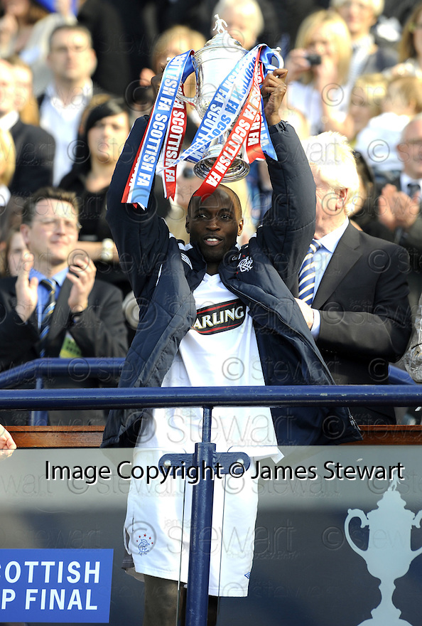 24/05/2008   Copyright Pic: James Stewart.File Name : sct_jspa27_qots_v_rangers.GOAL SCORER DAMARCUS BEASLEY GETS HIS HANDS ON THE SCOTTISH CUP.James Stewart Photo Agency 19 Carronlea Drive, Falkirk. FK2 8DN      Vat Reg No. 607 6932 25.Studio      : +44 (0)1324 611191 .Mobile      : +44 (0)7721 416997.E-mail  :  jim@jspa.co.uk.If you require further information then contact Jim Stewart on any of the numbers above........