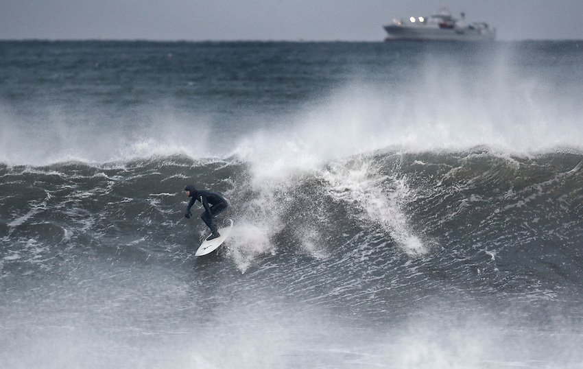 ..Surf temp. - 49ºF. Air temp - 30ºF. Winds sustained NNE 20 kts.  Windchill 17ª..photo by Andrew Mills..