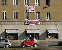"""Protest der Anwohner an der Windmühlenstraße 23-31 / Grünewaldstraße 13-19 und Brüderstraße 1-4 - die Häuser in denen sie wohnen sollen saniert werden - doch damit verliert das Viertel seinen Charme und die Wohnungen ihre Erschwinglichkeit - im Bild: das Gebäude an der Windmühlenstraße von den Bewohnern liebevoll  - Design Laden """"Tschad Tschüss"""" dem schon gekündigt wurde.Foto: aif / Norman Rembarz..Jegliche kommerzielle wie redaktionelle Nutzung ist honorar- und mehrwertsteuerpflichtig! Persönlichkeitsrechte sind zu wahren. Es wird keine Haftung übernommen bei Verletzung von Rechten Dritter. Autoren-Nennung gem. §13 UrhGes. wird verlangt. Weitergabe an Dritte nur nach  vorheriger Absprache. Online-Nutzung ist separat kostenpflichtig.."""