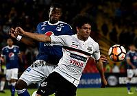 BOGOTÁ - COLOMBIA, 15-08-2018: Andrés Román (Izq.) jugador de Millonarios (COL), disputa el balón con Blás Cáceres (Der.) jugador de General Díaz (PAR), durante partido de vuelta entre Millonarios (COL) y General Díaz (PAR), de la segunda fase por la Copa Conmebol Sudamericana 2018, en el estadio Nemesio Camacho El Campin, de la ciudad de Bogotá. / Andres Roman (L) player of Millonarios (COL), fights for the ball with Blas Caceres (R) player of General Diaz (PAR), during a match of the second leg between Millonarios (COL) and General Diaz (PAR), of the second phase for the Conmebol Sudamericana Cup 2018 in the Nemesio Camacho El Campin stadium in Bogota city. VizzorImage / Luis Ramirez / Staff.
