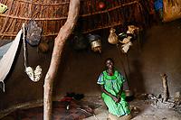 ETHIOPIA, Gambela, region Itang, Nuer village Pilual, woman in her hut / AETHIOPIEN, Gambela, Region Itang, Dorf Pilual der Ethnie NUER, Hof von Herr Mun Kunen und Frau Neelam , sie sind vor dem Buergerkrieg aus dem Suedudan gefluechtet, Mutter von Bhan 12 Jahre