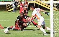 TUNJA - COLOMBIA, 11-09-2021:  Juan Lopez de Patriotas Boyacá disputa el balón con Santiago Londono  del Envigado durante partido por la fecha 9 entre Patriotas Boyacá y Envigado  como parte de la Liga BetPlay DIMAYOR II 2021 jugado en el estadio La Independencia de la ciudad de Tunja. / Juan Lopez of Patriotas Boyaca vies for the ball with  Yilmar Celedon player of Envigado  during match for the date 9 between Patriotas Boyaca and Envigado  as a part BetPlay DIMAYOR League II 2021 played at La Independencia stadium in Tunja city. Photo: VizzorImage / Macgiver Baron / Contribuidor