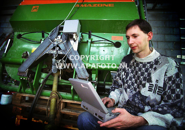 wageningen,20-10-99  foto:Koos Groenewold (APA)<br />Jaap Van Bergeijk met laptop bij kunstmeststrooier.<br /><br />akk 10   46   x4/5 gps   apa/koos groenewold