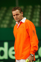 6-2-06, Netherlands, Amsterdam, Daviscup, first round, Netherlands-Russia, training, Bondscoach Tjerk Bogtstra concentrates on his players