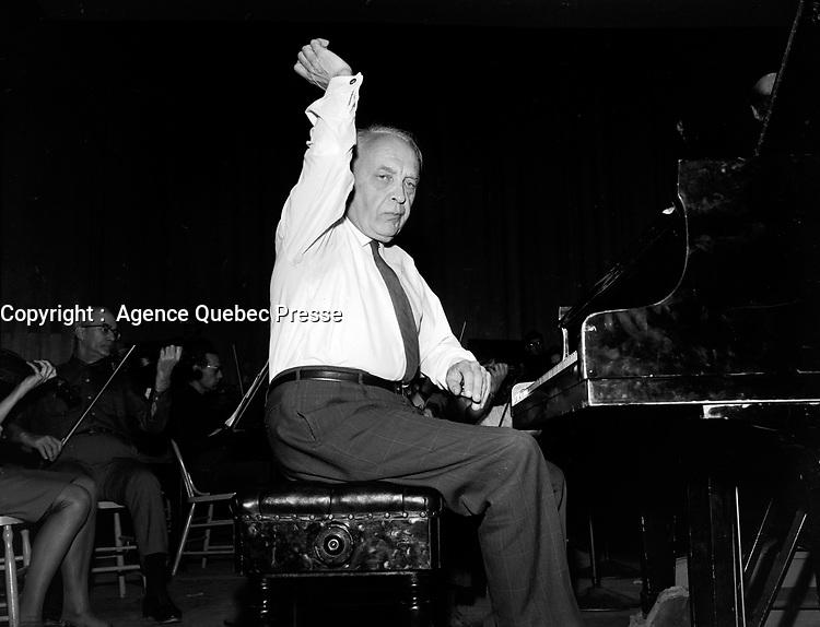 Sujet : Robert Casadesus<br /> <br /> Date : 3 décembre 1965<br /> <br /> <br />  © Agence Québec Presse, Fonds Photo Moderne