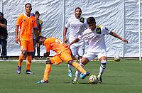 ENVIGADO - COLOMBIA -18 -10-2015: Campo Santacruz (Izq.) jugador de Envigado FC disputa el balón con Rafael Carrascal (Der.) jugador de Alianza Petrolera, durante partido por la fecha 16 entre Envigado FC y Cucuta Deportivo, de la Liga Aguila II-2015, en el estadio Polideportivo Sur de la ciudad de Envigado. / Campo Santacruz (L) player of Envigado FC fight for the ball with Rafael Carrascal (R) player of Alianza Petrolera, during a match of the 16 date between Envigado FC and Alianza Petrolera, for the Liga Aguila II -2015 at the Polideportivo Sur stadium in Envigado city. Photo: VizzorImage. / Leon Monsalve / Str.
