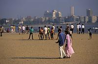 Asie/Inde/Maharashtra/Bombay: Promeneurs sur Chowpathy Beach