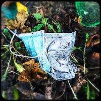 Eine gebrauchte medizinische Schutzmaske liegt auf der Strasse in Berlin.<br /> 13.1.2021, Berlin<br /> Copyright: Christian-Ditsch.de