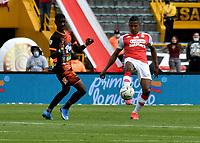 BOGOTA - COLOMBIA, 25-09-2021: Fainer Torijano de Independiente Santa Fe y Yaser Asprilla de Envigado F. C. disputan el balon durante partido de la fecha 11 entre Independiente Santa Fe y Envigado F. C. por la Liga BetPlay DIMAYOR II 2021, en el estadio Nemesio Camacho El Campin de la ciudad de Bogota. / Fainer Torijano of Independiente Santa Fe and Yaser Asprilla of Envigado F. C. struggle for the ball during a match of the 11th date between Independiente Santa Fe and Envigado F. C., for the BetPlay DIMAYOR II 2021 League at the Nemesio Camacho El Campin Stadium in Bogota city. / Photo: VizzorImage / Luis Ramirez / Staff.