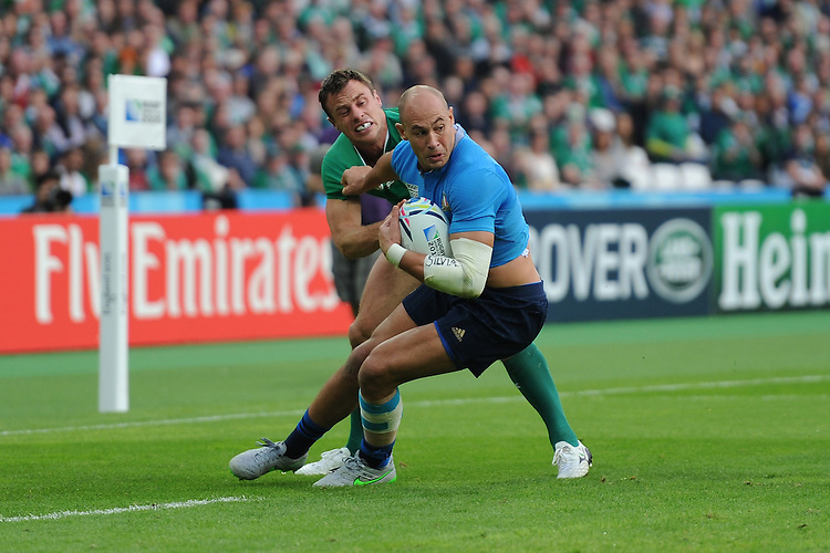 Sergio Parisse of Italy tries to throw off Tommy Bowe of Ireland during Match 28 of the Rugby World Cup 2015 between Ireland and Italy - 04/10/2015 - Queen Elizabeth Olympic Park, London<br /> Mandatory Credit: Rob Munro/Stewart Communications