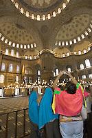 Türkei, in der Sultanahmet Moschee in Istanbul = Sultanahmet Camii = Blaue Moschee, erbaut 1609-1615 von Mehmet Aga, ein Schüler von Sinan , UNESCO-Weltkulturerbe