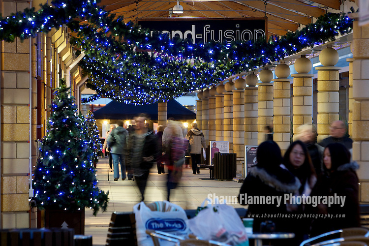 Pix: Shaun Flannery/shaunflanneryphotography.com...COPYRIGHT PICTURE>>SHAUN FLANNERY>01302-570814>>07778315553>>..11th December 2010............Lakeside Village, Doncaster..Christmas light's