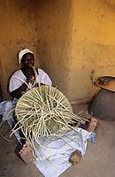 Afrique/Afrique de l'Ouest/Sénégal/Parc National de Basse-Casamance/Ourong : Femme tressant un panier dans les bolons
