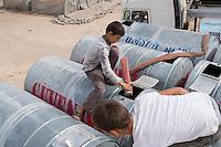 Fluechtlingscamp Arin Mirxan nahe der Ortschaft Suruc im tuerkischen Grenzgebiet zu Syrien. Hier leben ca. 250 Menschen, die vor dem Krieg des IS gegen die Kurden in dem Kurdengebiet Rojava von Syrien aus in die Tuerkei geflohen sind.<br /> Im Bild: Das Camp wird mit Frischwasser versorgt.<br /> 12.10.2015, Suruc/Tuerkei<br /> Copyright: Christian-Ditsch.de<br /> [Inhaltsveraendernde Manipulation des Fotos nur nach ausdruecklicher Genehmigung des Fotografen. Vereinbarungen ueber Abtretung von Persoenlichkeitsrechten/Model Release der abgebildeten Person/Personen liegen nicht vor. NO MODEL RELEASE! Nur fuer Redaktionelle Zwecke. Don't publish without copyright Christian-Ditsch.de, Veroeffentlichung nur mit Fotografennennung, sowie gegen Honorar, MwSt. und Beleg. Konto: I N G - D i B a, IBAN DE58500105175400192269, BIC INGDDEFFXXX, Kontakt: post@christian-ditsch.de<br /> Bei der Bearbeitung der Dateiinformationen darf die Urheberkennzeichnung in den EXIF- und  IPTC-Daten nicht entfernt werden, diese sind in digitalen Medien nach §95c UrhG rechtlich geschuetzt. Der Urhebervermerk wird gemaess §13 UrhG verlangt.]