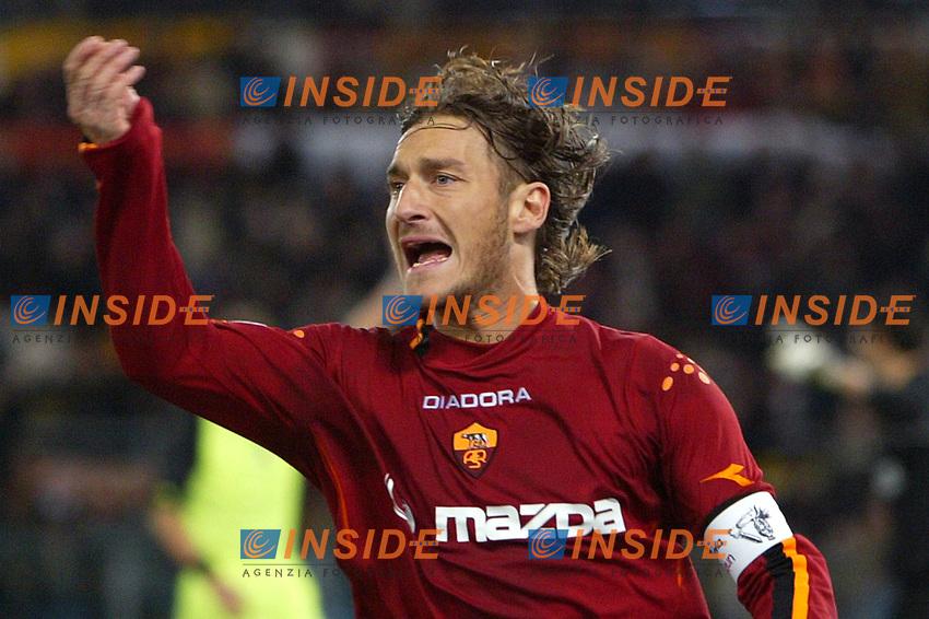 Roma 7/3/2004 24ema giornata Campionato italiano Serie A 2003/2004  Roma Inter 4-1 <br /> Francesco Totti protesta con il guardalinee per il suol gol annullato per fuorigioco. <br /> Foto Andrea Staccioli Insidefoto