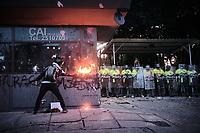 BOGOTA - COLOMBIA, 10-09-2020: Un manifestante trata de incendiar el CAI de Villa Luz durante el segundo día de protestas causadas por el asesinato del abogado Javier Ordoñez, abogado de 46 años, a manos de efectivos de la Policía de Bogotá el pasado miércoles 09 de septiembre de 2020 en el barrio Villa Luz al noroccidente de Bogotá (Colombia). En lo que va corrido del 2020 la alcaldía de Bogotá ha recibido 137 denuncias  de abuso policial de las cuales la Policía acusa recibido de 38.  / Protester tries to set fire to the CAI Villa Luz during the second day of protests caused by the murder of lawyer Javier Ordoñez, a 46-year-old lawyer, at the hands of members of the Bogotá Police on Wednesday, September 9, 2020 in Villa Luz neighborhood in the northwest of Bogotá (Colombia). So far in 2020 the Bogotá mayor's office has received 137 complaints of police abuse of which the Police accuse they have received 38. Photo: VizzorImage / Alejandro Avendaño / Cont