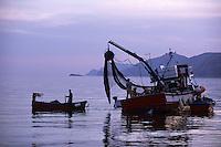 Europe/Italie/Côte Amalfitaine/Campagnie/Env de Positano : Au soleil couchant les pécheurs relèvent leurs filets prés de la  côte