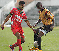 TUNJA -COLOMBIA, 01-03-2015: Jhon A. Cano (Izq) jugador de  Patriotas FC disputa el balón con un (Der) jugador de Aguilas Pereira durante partido por la fecha 7 de La Liga Aguila I 2015 jugado en el estadio La Independencia de la ciudad de Tunja. / Jhon A. Cano (L) player of Patriotas FC vies for the ball with a (R) player of Aguilas Pereira during the match for the 5th date of La Liga Aguila I 2015 played at La Independence stadium in Tunja. Photo: VizzorImage / Cesar Melgarejo A / Cont