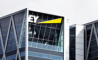 Nederland Amsterdam - 2020. Accountancybureau EY ( Ernst & Young ), aan de Zuidas. EY is een internationaal opererend dienstverlenend bedrijf actief op het gebied van accountancy, belastingadvies en bedrijfsadvies. Foto Berlinda van Dam / Hollandse Hoogte