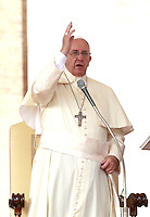 Papa Francesco benedice i fedeli al termine dell'udienza generale del mercoledi' in Piazza San Pietro, Citta' del Vaticano, 15 ottobre 2014.<br /> Pope Francis waves to faithful at the end of his weekly general audience in St. Peter's Square at the Vatican, 15 October 2014.<br /> UPDATE IMAGES PRESS/Isabella Bonotto<br /> <br /> STRICTLY ONLY FOR EDITORIAL USE