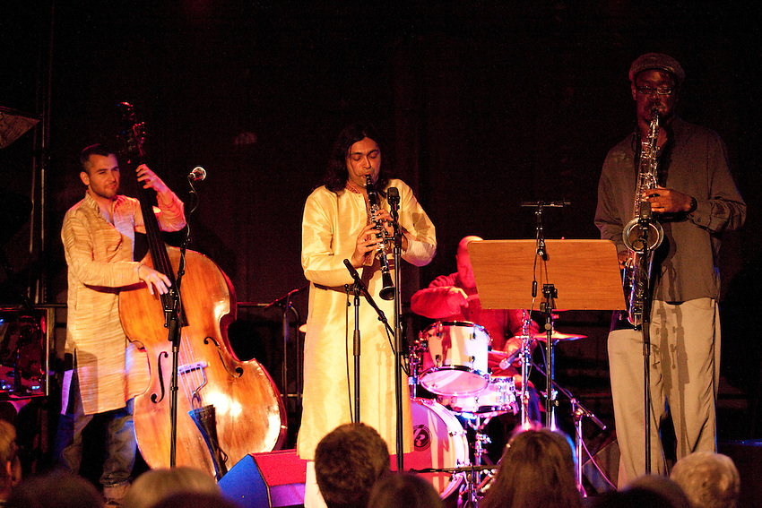 Europa, DEU, Deutschland, Nordrhein Westfalen, NRW, Rheinland, Niederrhein, Kempen, Aron Ghosh Indo-Jazz Sextet (England), Liran Donin (Bass), Arun Ghosh (Klarinette), Shabaka Hutchings (Tenorsaxophon), Kategorien und Themen, Menschen, Mensch, Personen, Person, Menschenfotos, People, Musik, Musiker, Konzert, Konzerte, Events....[ For each utilisation of my images my General Terms and Conditions are mandatory. Usage only against use message and proof. Download of my General Terms and Conditions under http://www.image-box.com or ask for sending. A clearance before usage is necessary...Material is subject to royalties. Each utilisation of my images is subject to a fee in accordance to the present valid MFM-List...Contact | archive@image-box.org | www.image-box.com ]