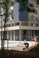 milano, nuovo quartiere rogoredo - santa giulia, periferia sud-est. lavori alla pavimentazione del viale principale --- milan, new district rogoredo - santa giulia, south-east periphery. works on the paving of the main avenue