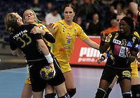 Handball Champions League  Frauen Damen - HCL HC Leipzig : HYPO Niederösterreich - Arena Leipzig - im Bild: HCL Spielerin Sara Eriksson geht zur Sache am Kreis - hier gegen Gabriels Rotis-Nagy (HYPO, #33) . Foto: Norman Rembarz...