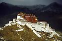 Potala palasset i Lhasa ruver veldig i byen, Lhasa, Tibet, Kina, byggverk,