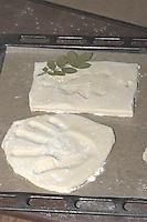 Kinder basteln Blattkacheln aus Salzteig, Salzteig mit Abdruck auf Backblech zum Brennen