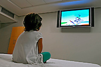 Luíza assistindo televisão. São Paulo. 2007. Foto de Juca Martins.