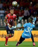 MEDELLIN - COLOMBIA -12 -07-2016: Leonardo Castro (Izq.) jugador de Deportivo Independiente Medellin disputa el balón con Jeferson Martinez (Der.) portero de Envigado FC, durante partido entre Deportivo Independiente Medellin y Atletico Junior, por la fecha 3 de la Liga Aguila II 2016, en el estadio Atanasio Girardot de la ciudad de Medellin. / Leonardo Castro (L) player of Deportivo Independiente Medellin, fights for the ball with Jeferson Martinez (R),  goalkeeper of Envigado FC, during a match between Deportivo Independiente Medellin and Envigado FC, for the date 3 of the Liga Aguila II 2016 at the Atanasio Girardot stadium in Medellin city. Photos: VizzorImage  / Leon Monsalve / Cont.