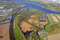 Die Reit: DEUTSCHLAND, HAMBURG 13.10.2018: Das Naturschutzgebiet Die Reit liegt in den Hamburger Stadtteilen Reitbrook und Allermöhe in den Marschlanden, zwischen dem Zusammenfluss der Dove Elbe und Gose Elbe.<br /> <br /> Das Naturschutzgebiet im Südosten Hamburgs hat eine Größe von 92 Hektar. Es umfasst das 1973 ausgewiesene Gebiet Die Reit und die 2011 erfolgte Erweiterung um die Flächen Die Hohe, Kleiner Brook und ein rund 3,3 ha großes Gebiet im Südosten. Die heutige Geländestruktur der Reit ist wesentlich auf den Betrieb einer Ziegelei zurückzuführen. Geprägt wird das Gebiet von den ausgedehnten Schilfröhrichten, artenreichen Weidengebüschen und dem urwüchsigen Birkenbruchwald, zwei größeren Teichen sowie vielen Kleingewässern und Gräben. Die Hohe ist ein vielfältiges Teichgelände auf einem ehemaligen Spülfeld. Der Kleine Brook wird geprägt durch Grünland im Vorland der Dove Elbe.<br /> <br /> Den Schutzstatus erhielt Die Reit in erster Linie wegen ihrer Bedeutung als Brut- und Rastgebiet mitteleuropäischer Sing- und Zugvögel, Die Hohe für das bedeutende Vorkommen des Kammmolchs und der Kleine Brook aufgrund seiner Bedeutung für Wiesenvögel, insbesondere für die Uferschnepfe. Auch durch weitere Amphibienvorkommen, vielerlei Insekten und seine Flora zeichnet sich das Schutzgebiet aus.