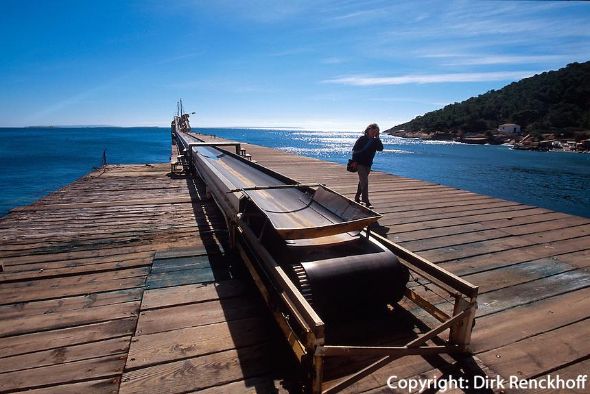 Spanien, Balearen, Ibiza, Salzverladung im Hafen von Sa Canal
