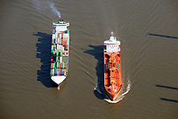 Feeder und Tankschiff auf der Elbe: EUROPA, DEUTSCHLAND, HAMBURG, (EUROPE, GERMANY), 28.03.2017: Feeder und Tankschiff auf der Elbe