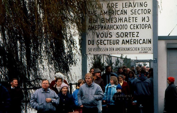 BERLINO EST / DDR / GERMANIA EST / NOVEMBRE 1989.ABITANTI DI BERLINO EST ATTRAVERSANO PER LA PRIMA VOLTA IL MURO PER VISITARE BERLINO OVEST.FOTO LIVIO SENIGALLIESI..EAST BERLIN / DDR / EAST GERMANY / NOVEMBER 1990.EAST BERLIN INHABITANTS CROSSING THE BORDER TO VISIT FOR THE FIRST TIME WEST PART OF THE TOWN..PHOTO LIVIO SENIGALLIESI