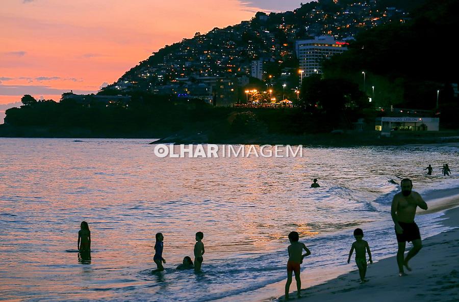 Praia do Leblon, Favela do Vidigal e Morro Dois Irmaos, Rio de Janeiro. 2019. Foto © Juca Martins