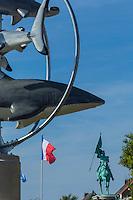 France, Pas-de-Calais (62), Côte d'Opale, Boulogne-sur-Mer, la statue du général San Martin et en premier plan enseigne de Nausicaa, Centre National de la Mer, aquarium géant //  France, Pas de Calais, Cote d'Opale (Opal Coast) , Boulogne sur Mer, statue of General San Martin and sign of Nausicaa, National Center for Sea, giant aquarium