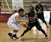 BOGOTA - COLOMBIA: 14-03-2014: Julian Mora (Der.) jugador de Piratas de Bogota, disputa el balón con Lance (Izq) jugador de Las Aguilas de Tunja, durante partido de la segunda fecha de la Liga Directv Profesional de Baloncesto I en partido jugado en el Coliseo Cayetano Cañizares de la ciudad de Bogota. / Julian Mora (R) player of Piratas of Bogota fights for the ball with Franklin Forbes (L) players of Las Aguilas de Tunja, during a match for the second date of the semifinals of la Liga Directv Profesional de Baloncesto I, game at the Cayetano Cañizares Coliseum in Bogota City. Photo: VizzorImage / Luis Ramirez / Staff.