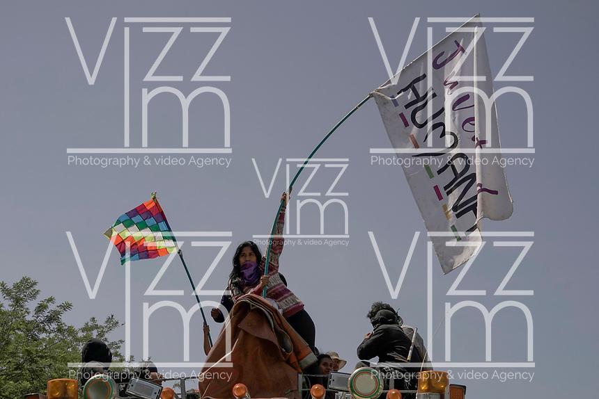 """CALI - COLOMBIA, 12-10-2020: Indígenas Colombianos participan en la """"Minga"""" (encuentro indígena) durante su recorrido por la carretera Panamericana a la llegada a la ciudad de Cali con la expectativa de reunirse con el presidente Iván Duque, después de haberlo invitado a reunirse en la ciudad de Cali este lunes 12 de octubre de 2020. La Minga tiene como objetivo expresar el rechazo por el aumento de la violencia por la presencia de grupos armados en sus territorios, el asesinato de indígenas y líderes sociales, las recientes masacres, criminalización de la protesta social, por el territorio, la democracia y la paz. / Indigenous Colombians participate in the """"Minga"""" (indigenous meeting) during their tour of the Pan-American Highway upon arrival in the city of Cali with the expectation of meeting with President Iván Duque, after having invited him to meet in the city of Cali this Monday, October 12, 2020. The Minga aims to express its rejection of the increase in violence due to the presence of armed groups in their territories, the murder of indigenous people and social leaders, the recent massacres, criminalization of social protest, for the territory, democracy and peace. Photo: VizzorImage / Diego Cuevas / Cont"""