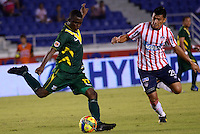 BARRANQUILLA- COLOMBIA - 25-09-2013: Johnny Vasquez (Der.) jugador del Atletico Junior disputa el balón con Luis Paz (Izq.) jugador del Deportes Quindio durante el partido en el estadio Metropolitano Roberto Melendez de la ciudad de Barranquilla, septiembre 25 de 2013. Atletico Junior y Deportes Quindio durante partido por la undecima  fecha de las de la Liga Postobon II. (Foto: VizzorImage / Alfonso Cervantes / Str). Johnny Vasquez (R) player of Atletico Junior vies for the ball with Luis Paz (L) player of Deportes Quindio during a math in the Metropolitano Roberto Melendez Stadium in Barranquilla city, September 25, 2013. Atletico Junior and Deportes Quindio in a match for the eleventh round of the Postobon League II. (Photo: VizzorImage / Alfonso Cervantes / Str).