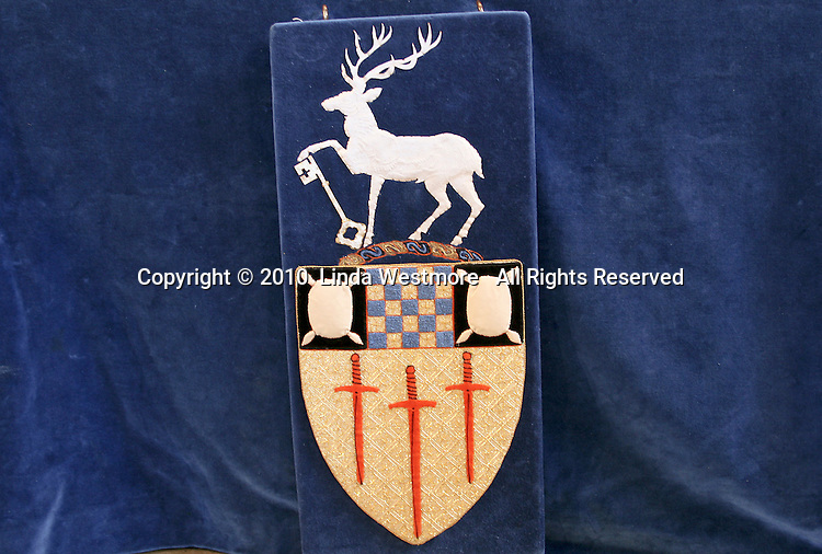 Crest of the University of Surrey.
