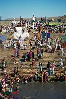 INDIA Karnataka, every year a festival takes place around the Yellamma temple in Saundatti and attracts thousand of pilgrims from villages, here is also practizised the Devadasi cult, where young girls are secretly dedicated to the hindu goddess Yellamma, most of the girls end in prostitution, pilgrim take holy bath in pond Jogal Bhavi  / INDIEN Karnataka, jedes Jahr findet in Saundatti das Tempelfest zu Ehren der Goettin Yellamma statt, das Tausende Pilger aus den umliegenden Doerfern anzieht, hier wird der Devadasi Kult praktiziert, heimlich werden junge Maedchen der Hindu Goettin Yellamma geweiht, die Maedchen enden spaeter meistens in der Prostitution, Pilger nehmen ein heiliges Bad im Brunnen Jogal Bhavi