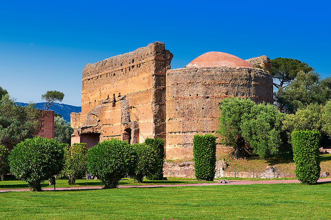 The Philosophers Hall ( Sala dei Filosofi ) at Hadrian's Villa ( Villa Adriana ) built during the second and third decades of the 2nd century AD, Tivoli, Italy. A UNESCO World Heritage Site.