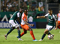 CALI -COLOMBIA ,30-10-2018:Nicolas Benedetti  (Der.) jugador del Deportivo Cali  de Colombia disputa el balón con Baldomero Perlaza (Izq.) jugador  del Independiente Santa Fe  de Colombia durante partido por los cuartos de final vuelta  de La Copa Conmebol Sudamericana 2018,jugado en el estadio Deportivo Cali  de la ciudad de Palmaseca./ Nicolas Benedetti (R) Player of Deportivo Cali of Colombia disputes the ball with Baldomero Perlaza(Left) player of Independiente Santa Fe  of Colombia during second game for the quarter finals of the Conmebol Sudamericana Cup  2018, played at the Deportivo Cali  stadium in Palmaseca  city. Photo: VizzorImage/ Nelson Rios  / Contribuidor