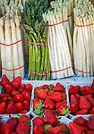 Germany, Bavaria, Lower Franconia, Schweinfurt: farmer's market  on market square - strawberries, white and green asparagus | Deutschland, Bayern, Unterfranken, Schweinfurt: Wochenmarkt auf dem Marktplatz, Erdbeeren, weisser und gruener Spargel