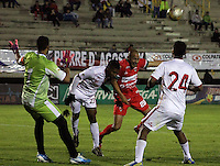 TUNJA -COLOMBIA, 11-04-2015: Ivan Corredor (Der) jugador de  Patriotas FC disputa el balón con un jugador de Uniautonoma durante partido por la fecha 15 de La Liga Aguila I 2015 jugado en el estadio La Independencia de la ciudad de Tunja. / Ivan Corredor (R) player of Patriotas FC vies for the ball with a player of Uniautonoma during the match for the 15th date of La Liga Aguila I 2015 played at La Independence stadium in Tunja. Photo: VizzorImage / Cesar Melgarejo  / Cont