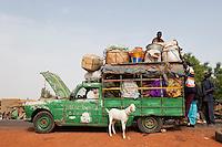 MALI Mopti , einer geht noch... Sammeltaxi , alter Peugeot , auf einem Markt im Dorf / MALI Mopti , people in old Peugeot car which works as a public transport in villages