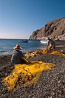 Fischer am Strand von Kamari auf der Insel Santorin (Santorini), Griechenland, Europa